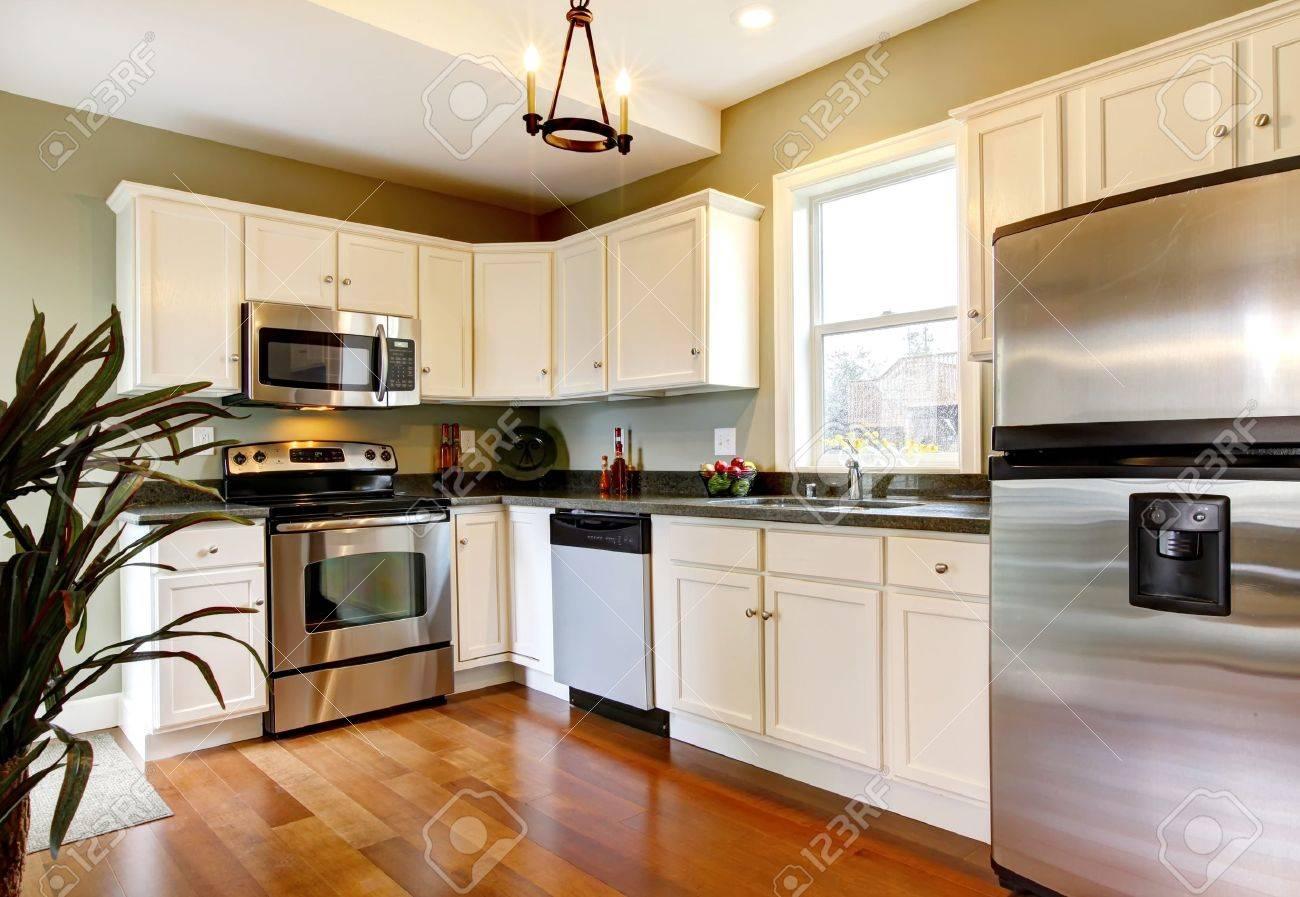 Eenvoudige en kleine nieuwe groene keuken royalty vrije foto ...