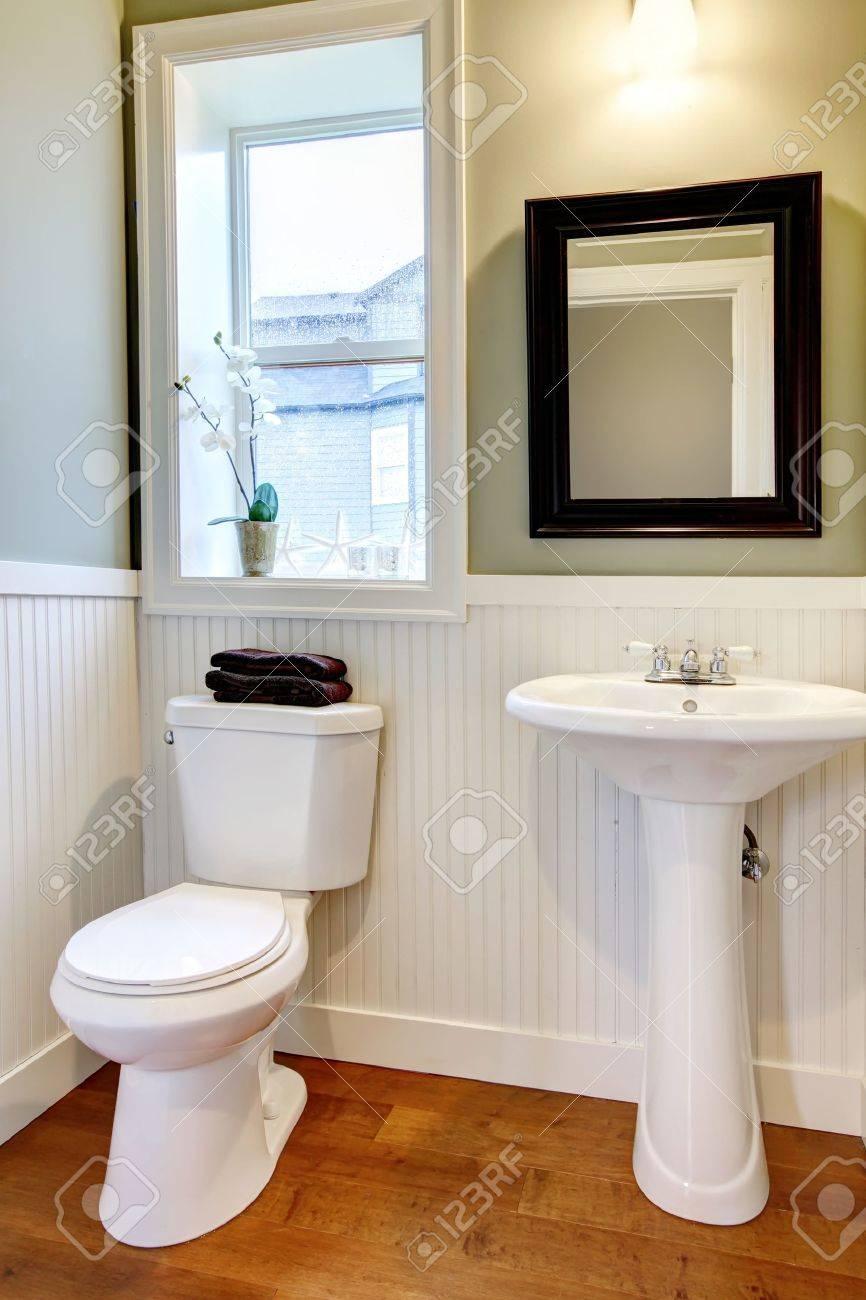 Un Pequeño Y Bonito Cuarto De Baño Nuevo Sencillo Y Elegante Fotos ...