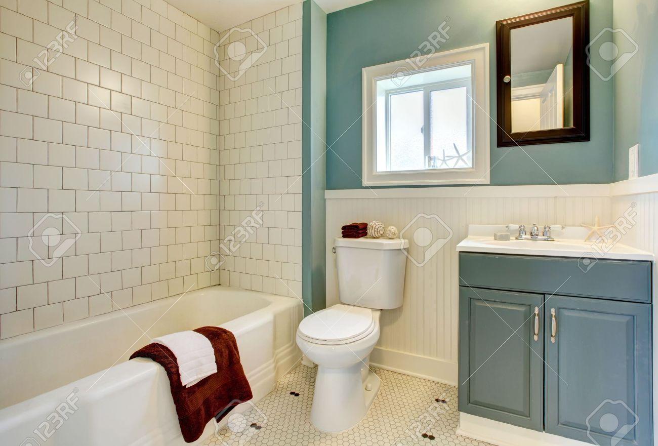 archivio fotografico classic semplice bagno blu con piastrelle bianche
