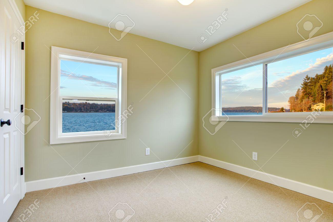 Grüne wände, beige teppich und blick aufs wasser schlafzimmer ...