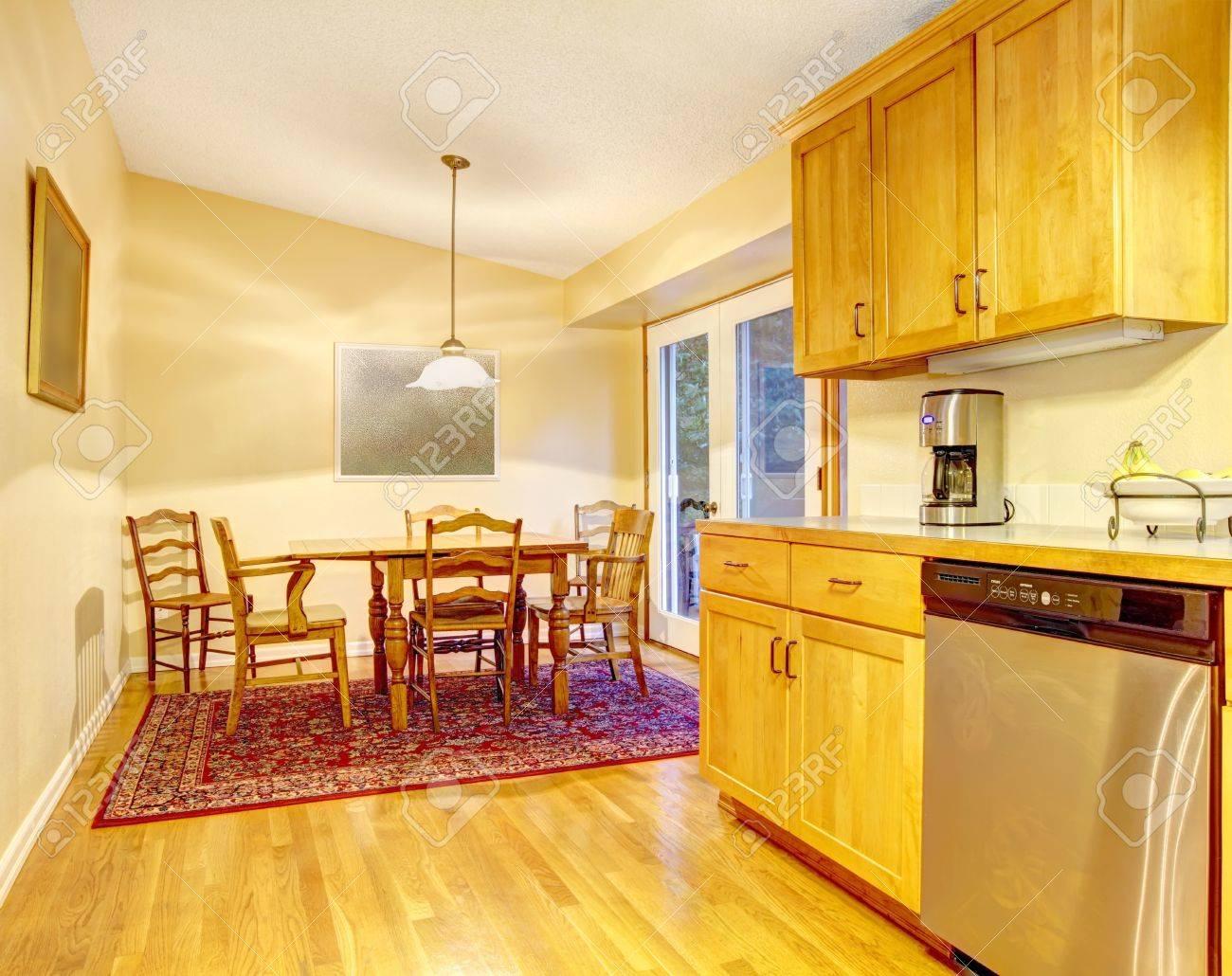 Eetkamer Van Oranje : Keuken in oranje warme kleuren en eetkamer royalty vrije foto