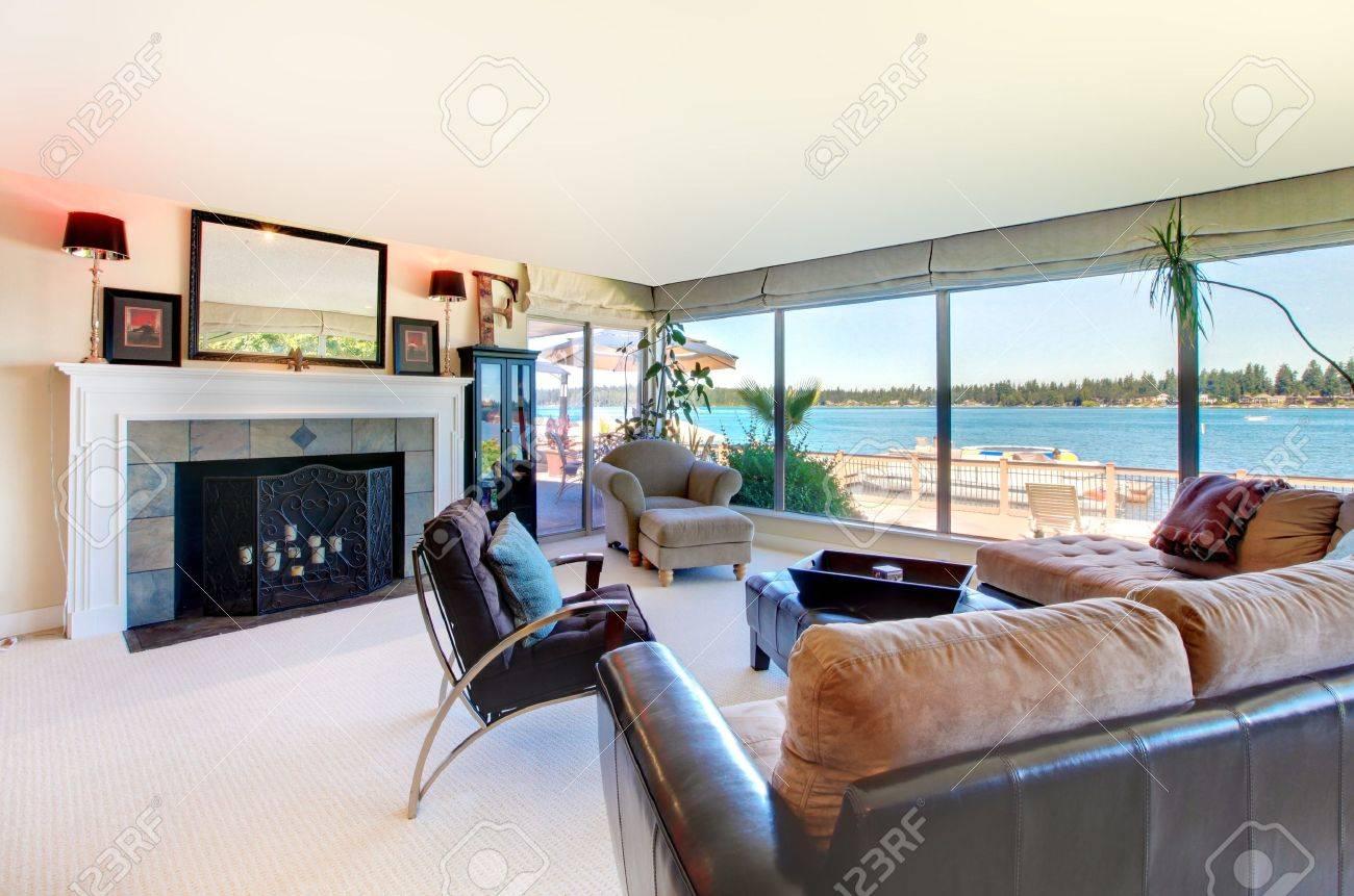 standard bild wohnzimmer mit kamin moderne mobel und blick aufs wasser mit grossen fenstern