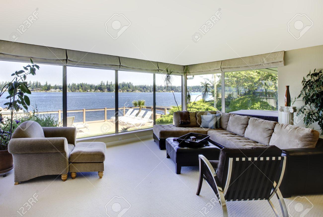 Wohnzimmer Mit Kamin, Moderne Möbel Und Blick Aufs Wasser Mit Großen ...