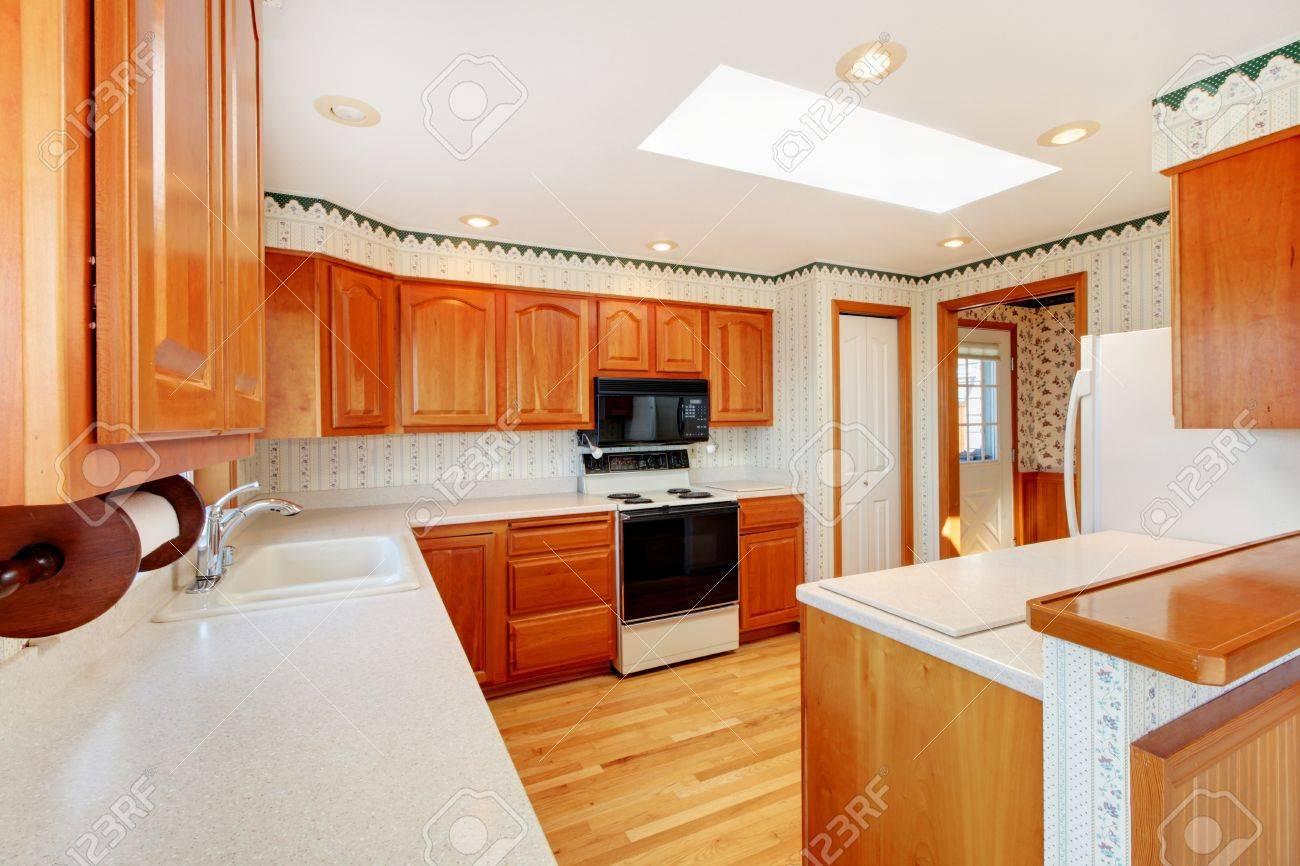 Helle Große Küche Mit Oberlicht, Blick Aufs Wasser Und Honig Warmen ...