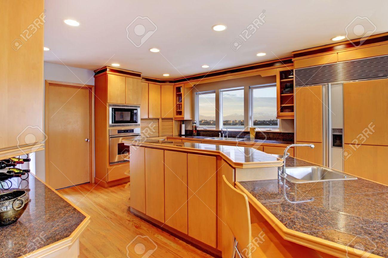 de lujo amplia cocina moderna de la madera con encimeras de granito y pisos de roble