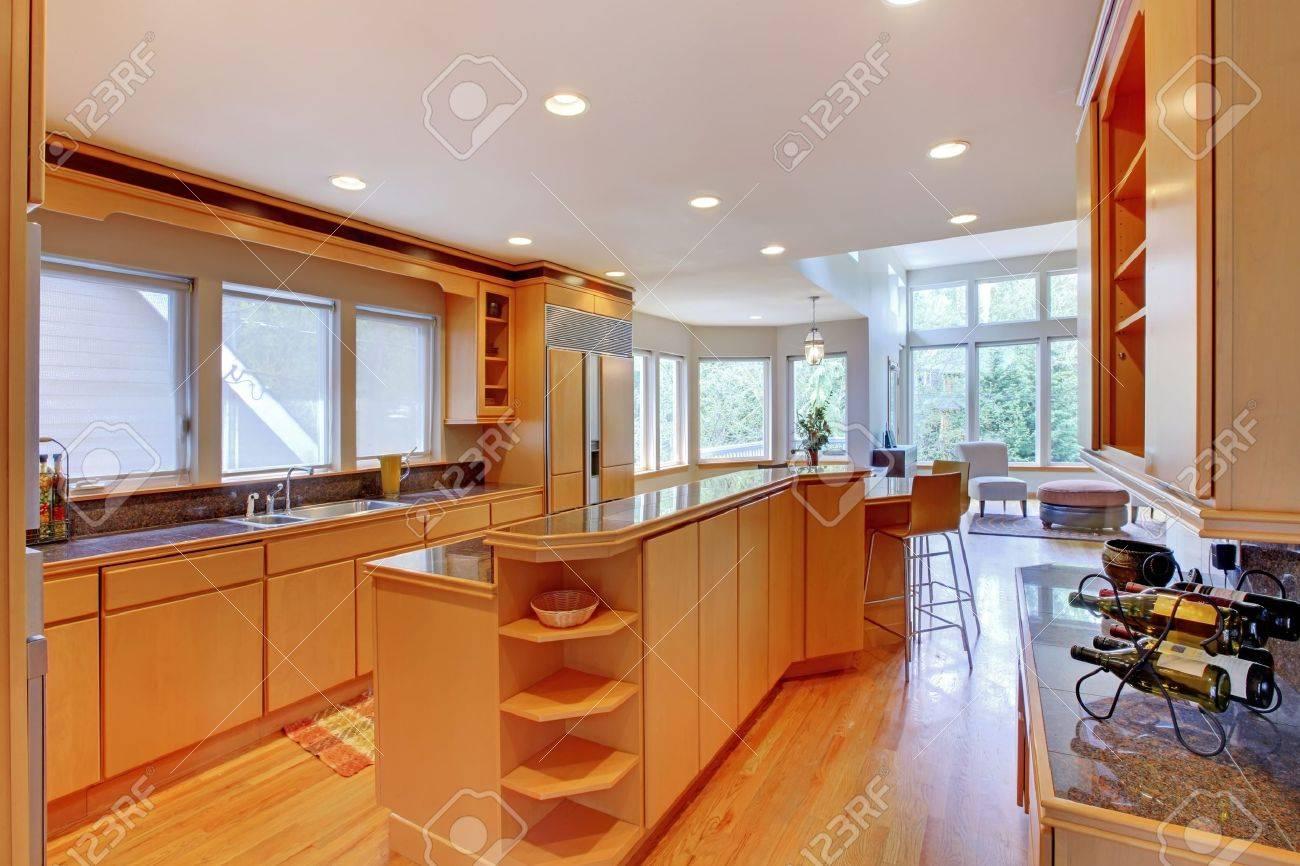 Große Luxuriöse, Moderne Holz Küche Mit Granit-Arbeitsplatten Und ...