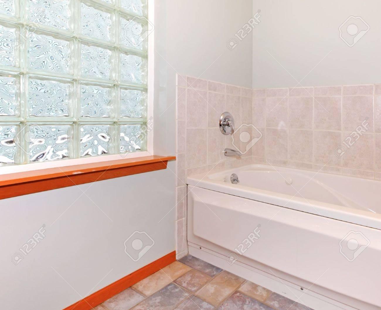 Neues badezimmer ecke mit glasbaustein fenster und badewanne mit ...
