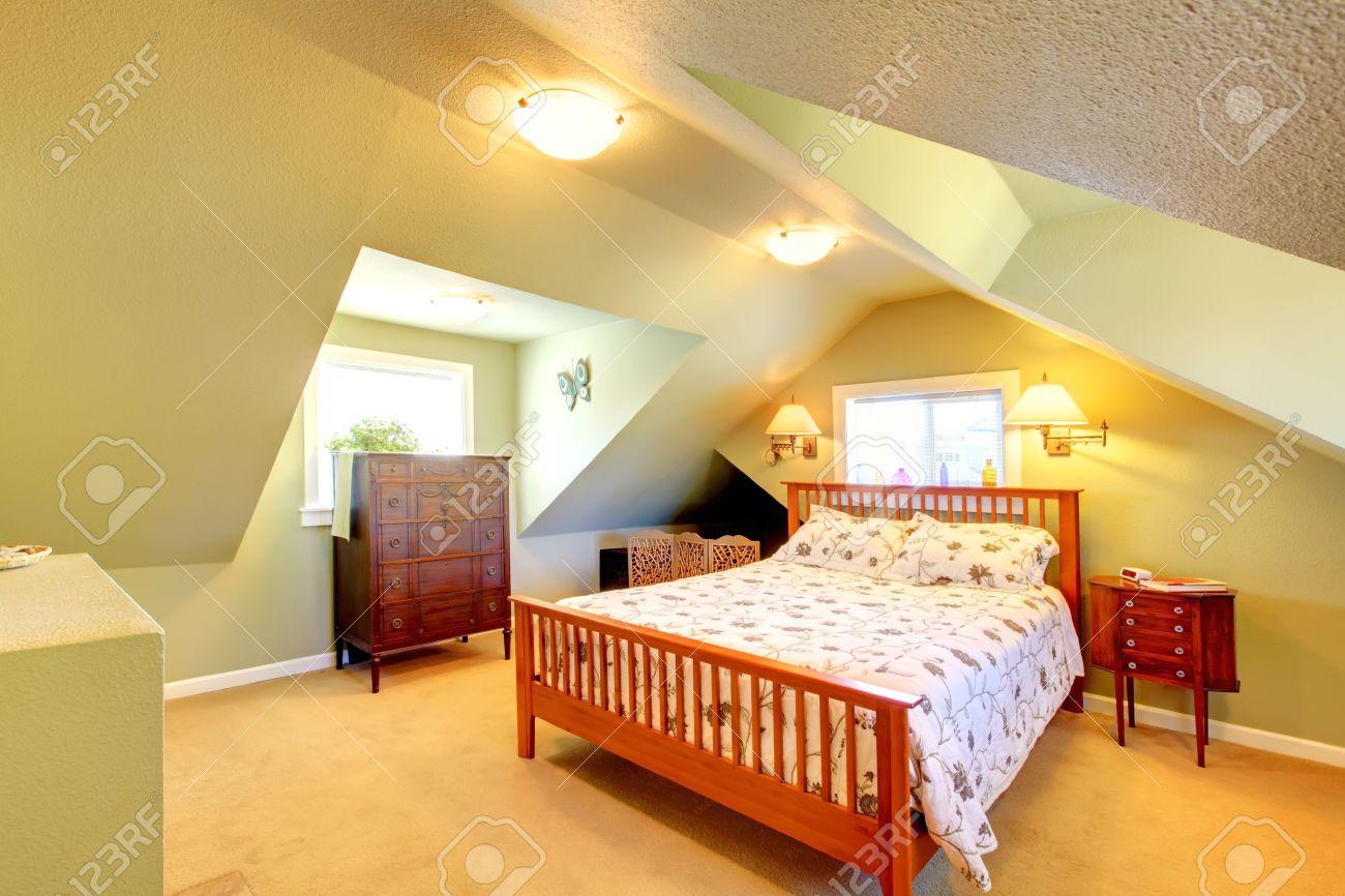 Gemütliches Dachgeschoss Schlafzimmer Mit Grünen Wänden Und Einem ...