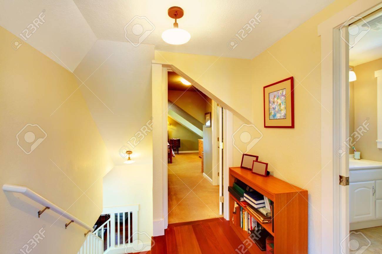 Pasillo En El Segundo Piso De La Pequeña Casa Con Paredes De Color ...