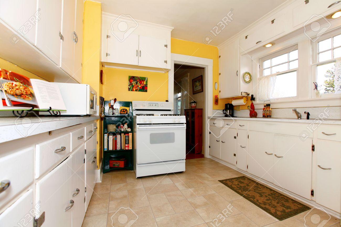 Weiß Alte Kleine Einfache Küche Interieur Mit Gelben Wänden ...