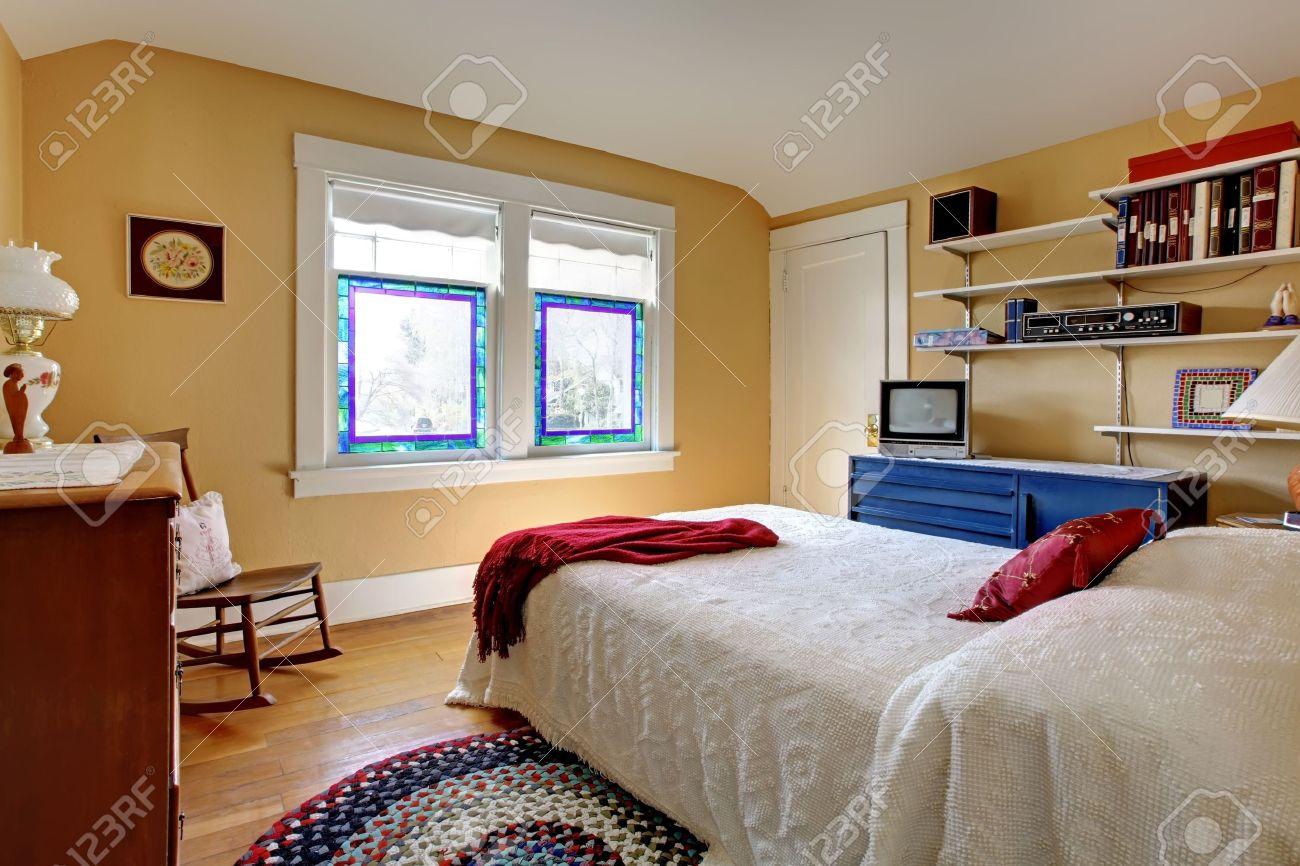 Intérieur Vieux Simple Maison De Chambre à Coucher Avec Lit Blanc