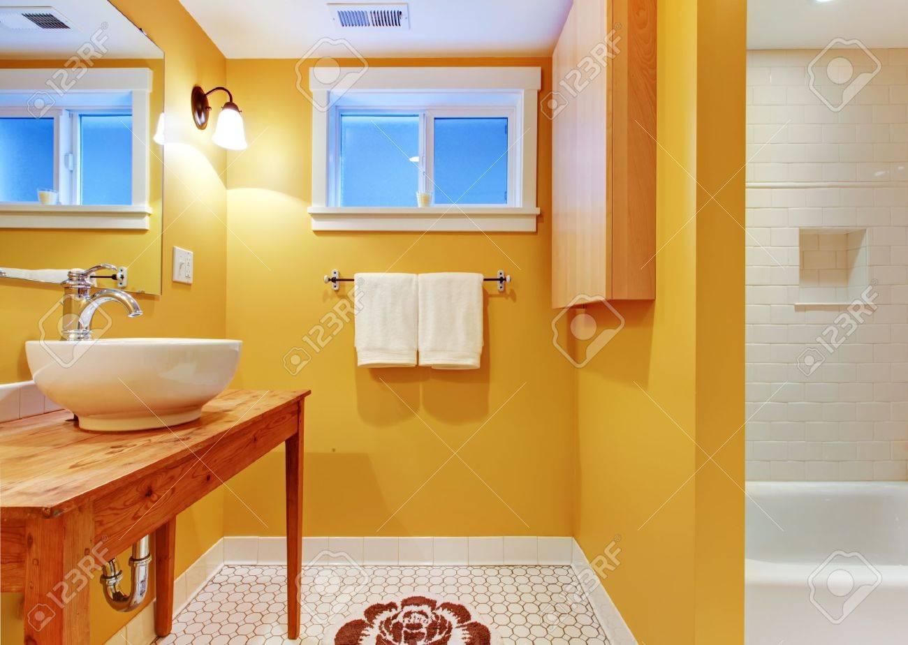Mesa Para Lavabos Modernos.Cuarto De Bano Con Lavabo Naranja Moderno En La Mesa De Pino Blanco Con Banera