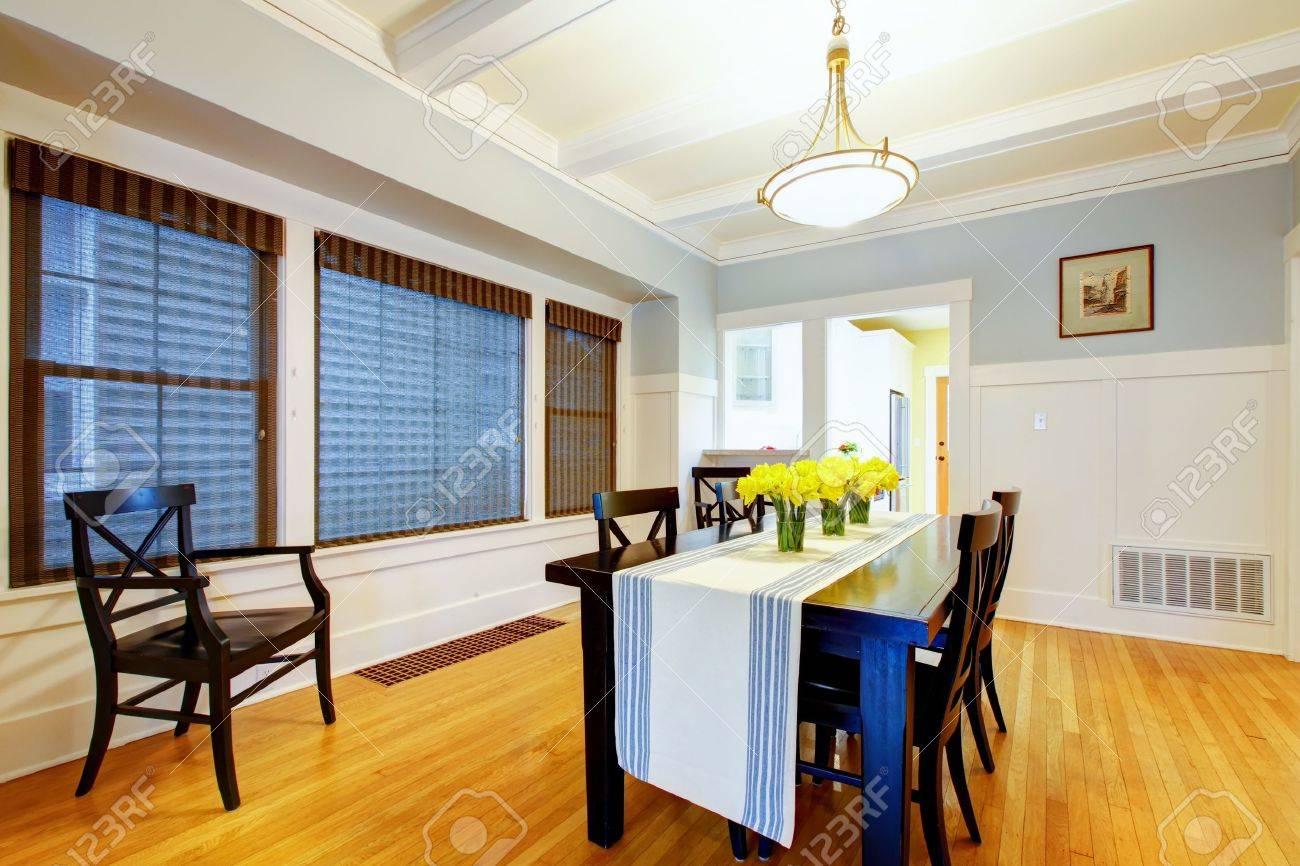 Grå blå matsal interiör med svart bord och trägolv. royalty fria ...