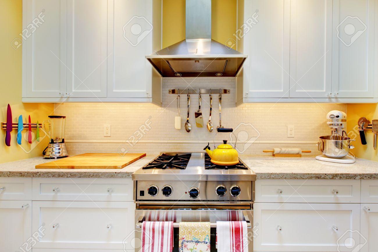 Affinez cuisine blanche et jaune avec des armoires de près. banque ...