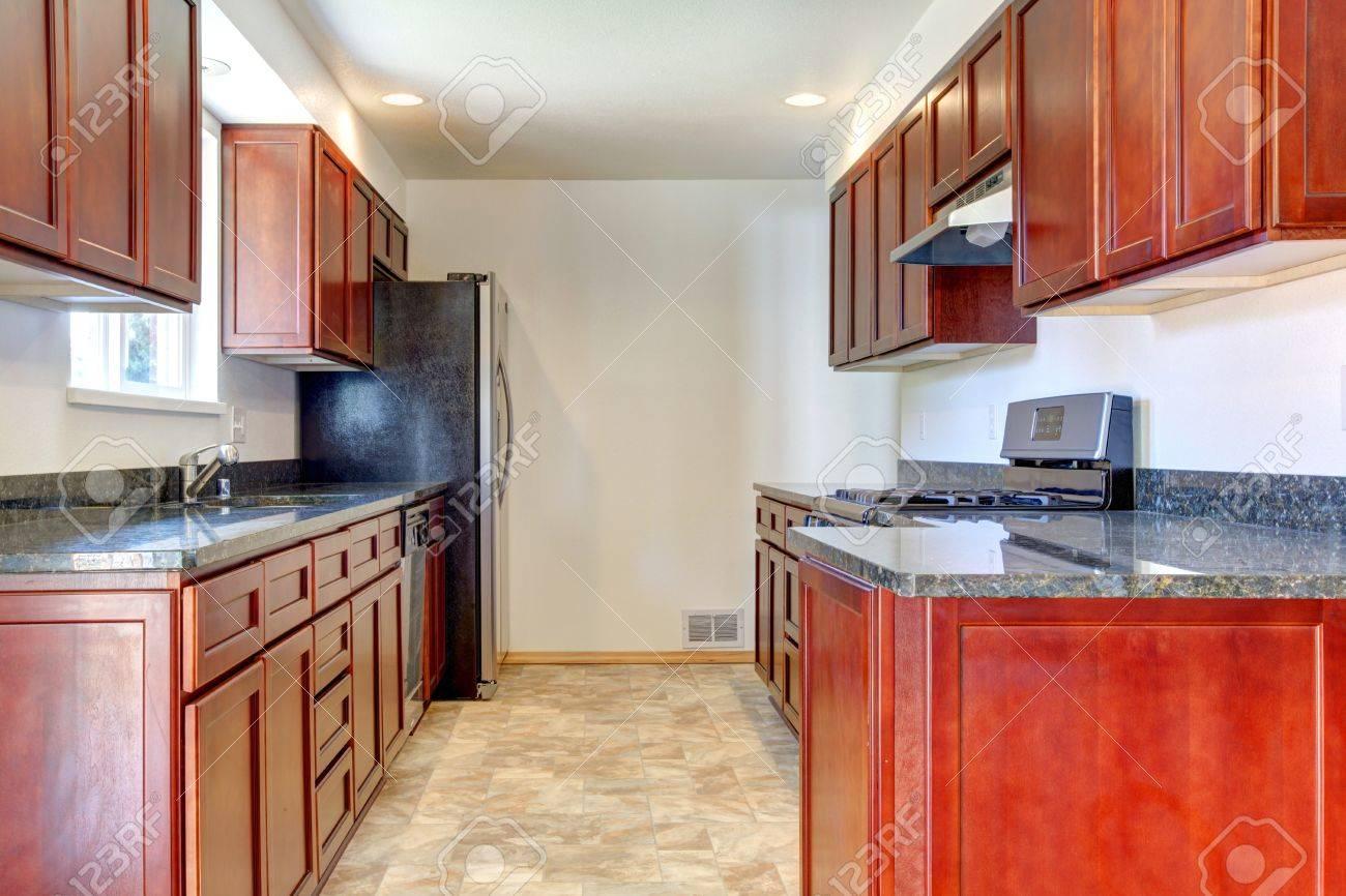 Einfache Dunkle Kirsche Küche Mit Edelstahl Geräten. Lizenzfreie ...