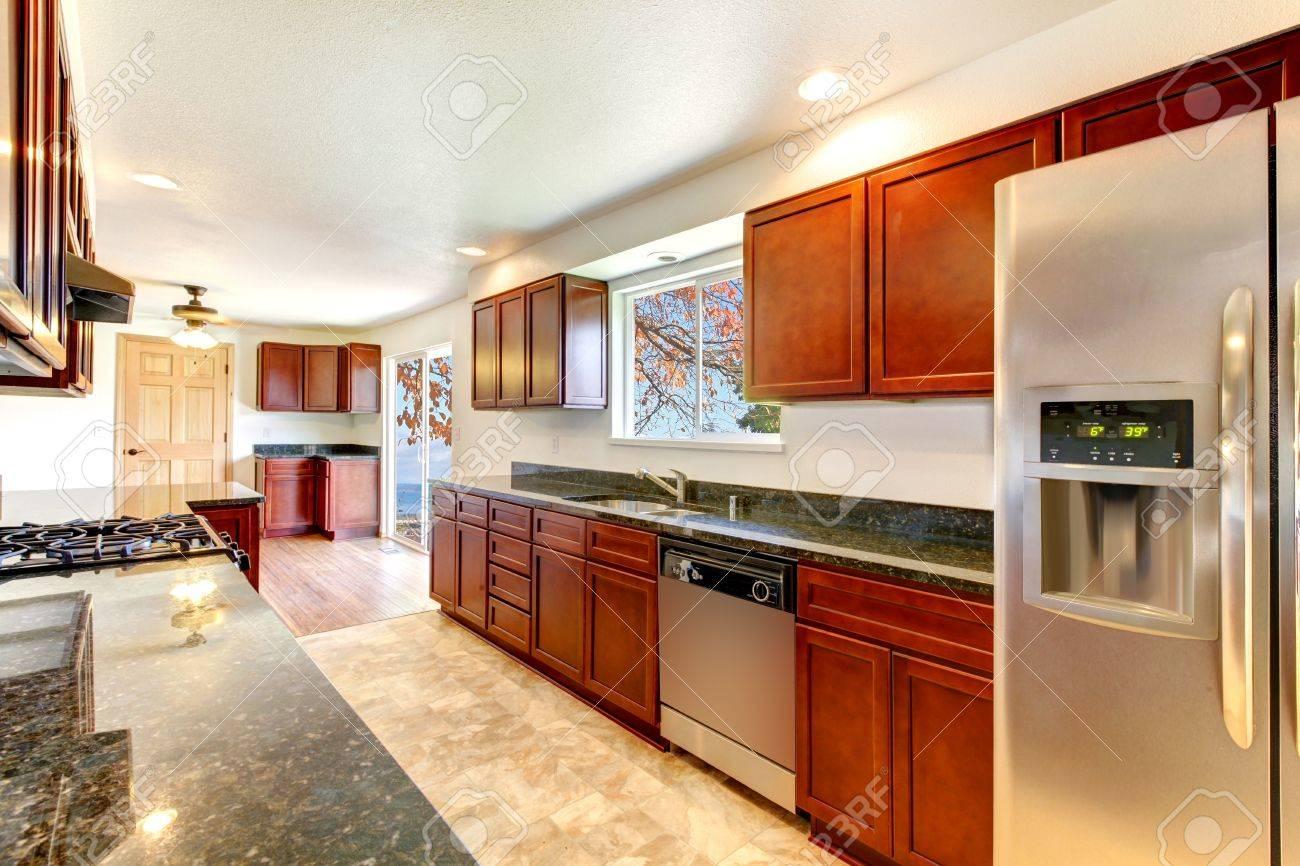 Große, Helle Küche Mit Dunkler Kirsche Schränke Und Edelstahl Geräte.  Standard Bild