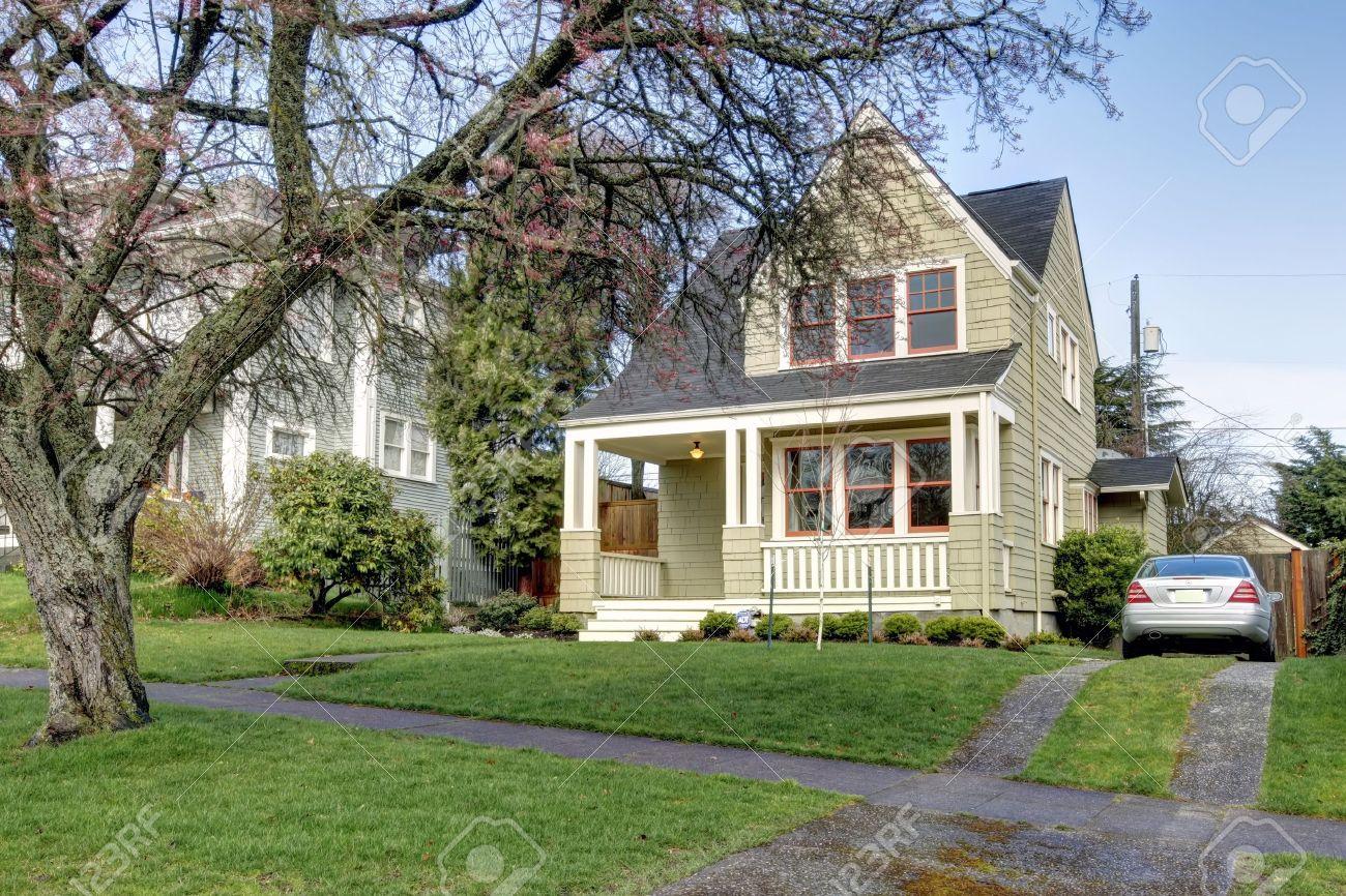 Kleine Grüne Haus ußen Mit Veranda Und Silber uto. Lizenzfreie ... size: 1300 x 866 post ID: 5 File size: 0 B