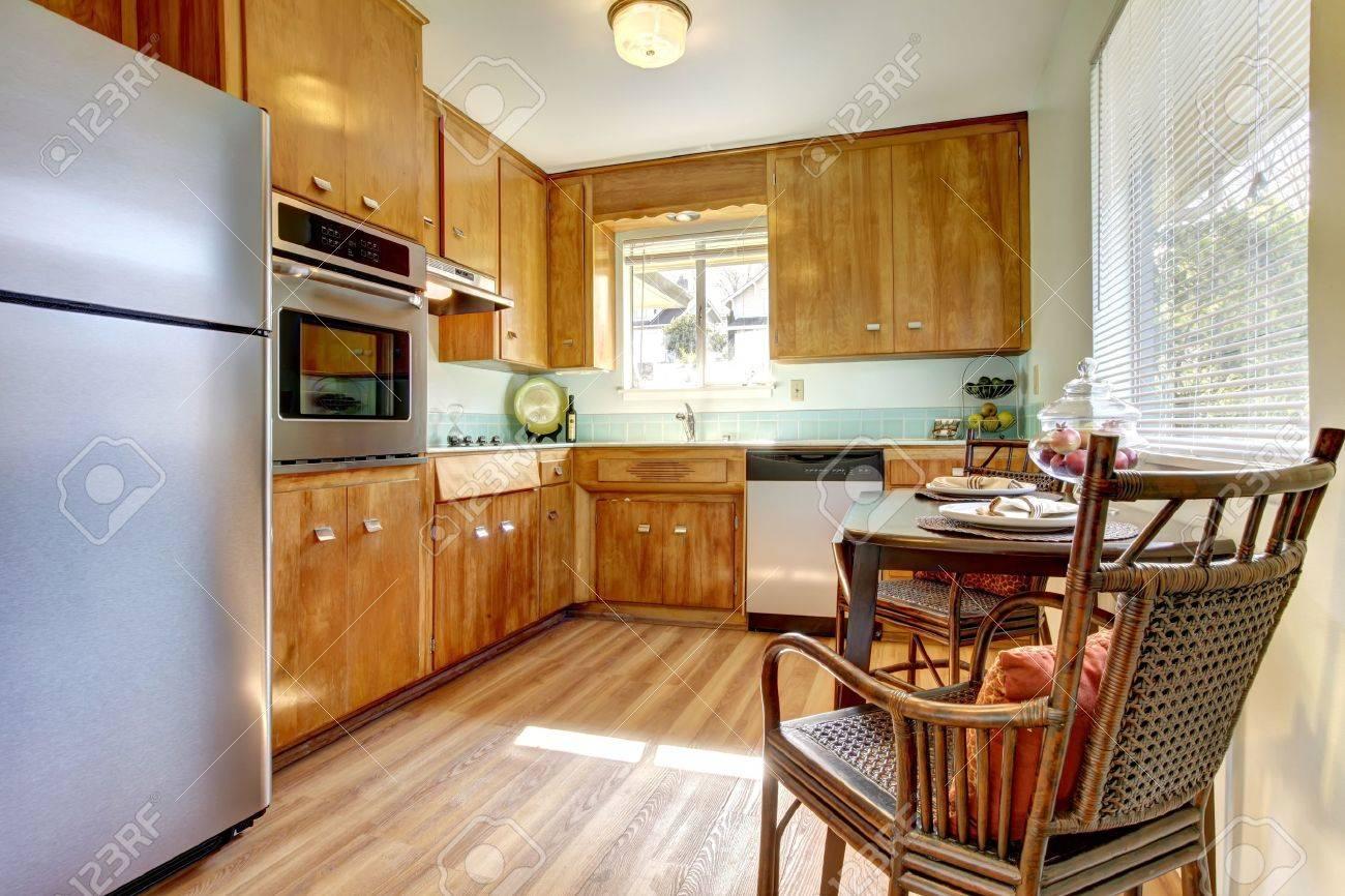 かわいい古いキッチンを更新しました青い瓦と新しい堅木張りの床