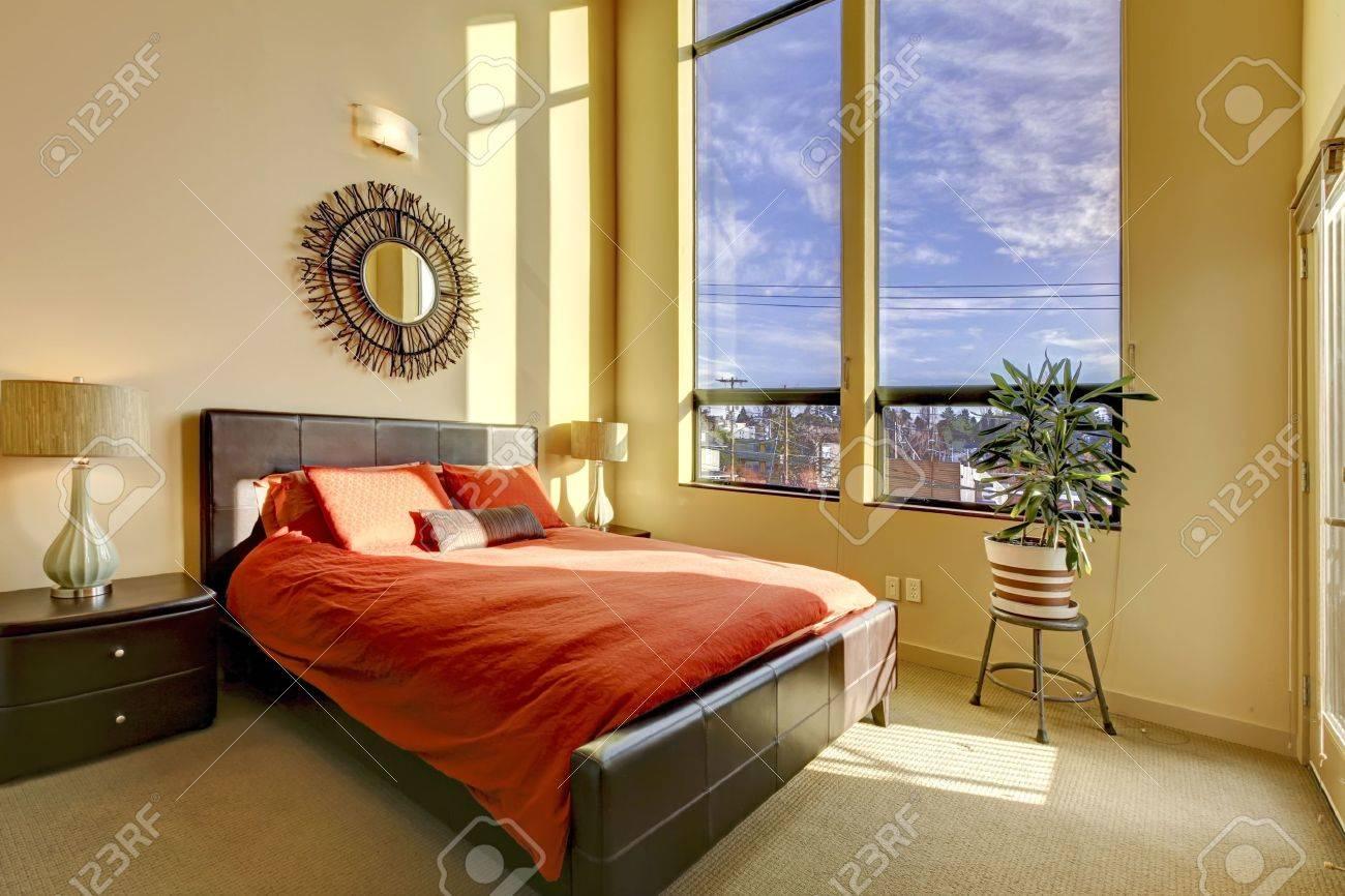 Große Hohe Decke Schlafzimmer Mit Roten Bett Und Gelben Wänden ...