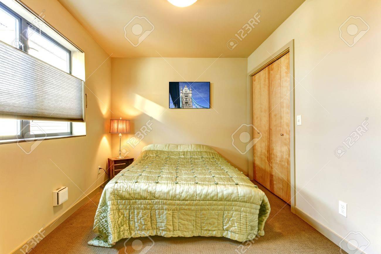 Petit intérieur jaune chambre d'amis avec lit vert. banque d ...