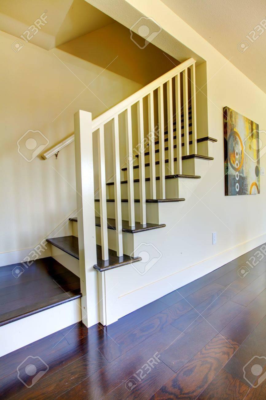 Treppe Mit Dunklem Boden Und Beige Wände In Ein Neues Zuhause ...