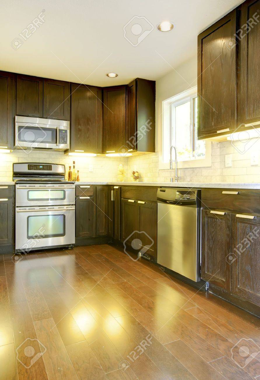 Elegant Moderner Luxus Neue Dunkle Braune Und Weiße Küche Mit Edelstahl Geräten.  Standard Bild