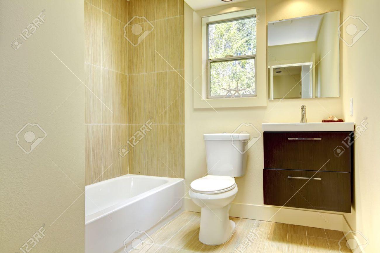 nuovo bagno moderno giallo con piastrelle beige e cabinet marrone ... - Bagni Moderni Beige E Marrone