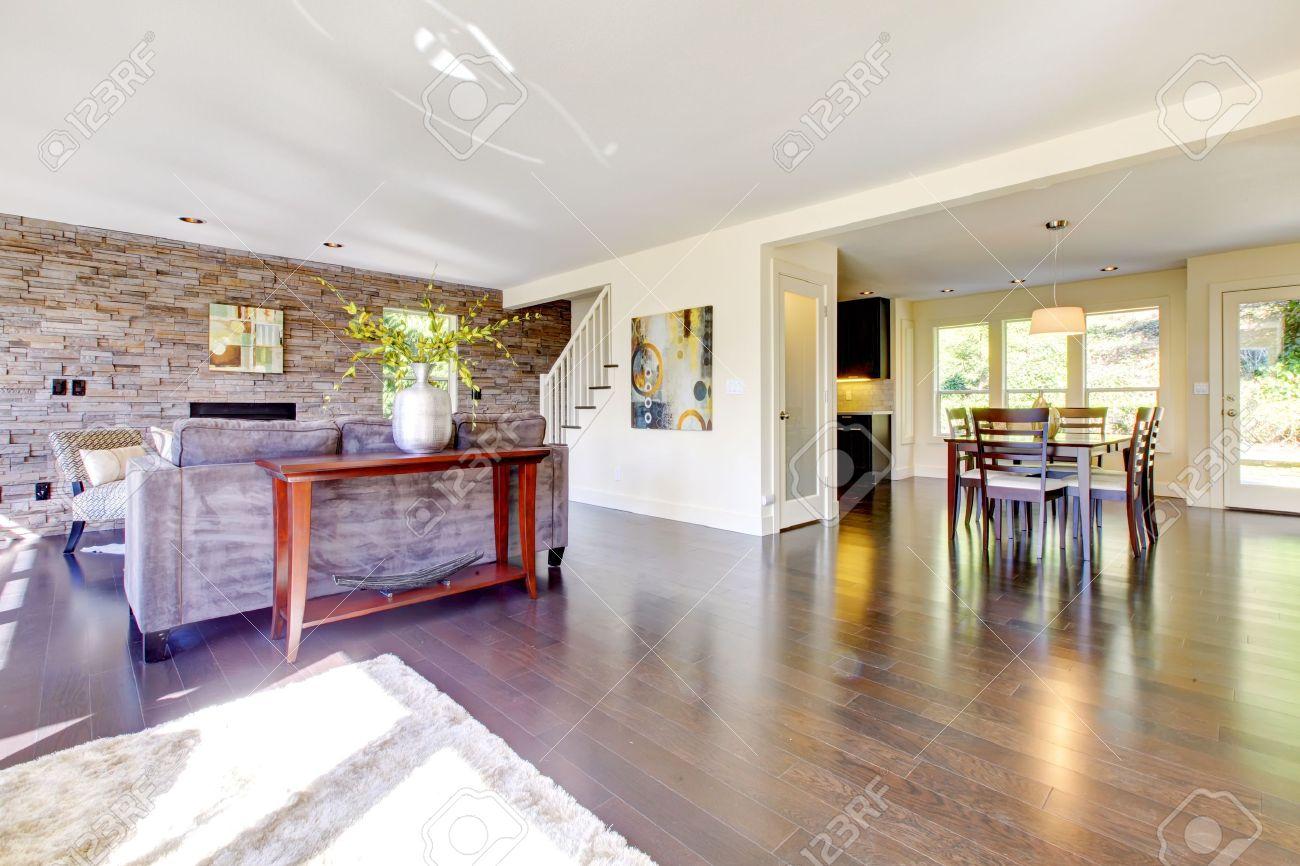 Schöne Moderne Große, Helle Wohnzimmer Mit Dunklem Boden Und Steinmauer.  Lizenzfreie Bilder   13122548