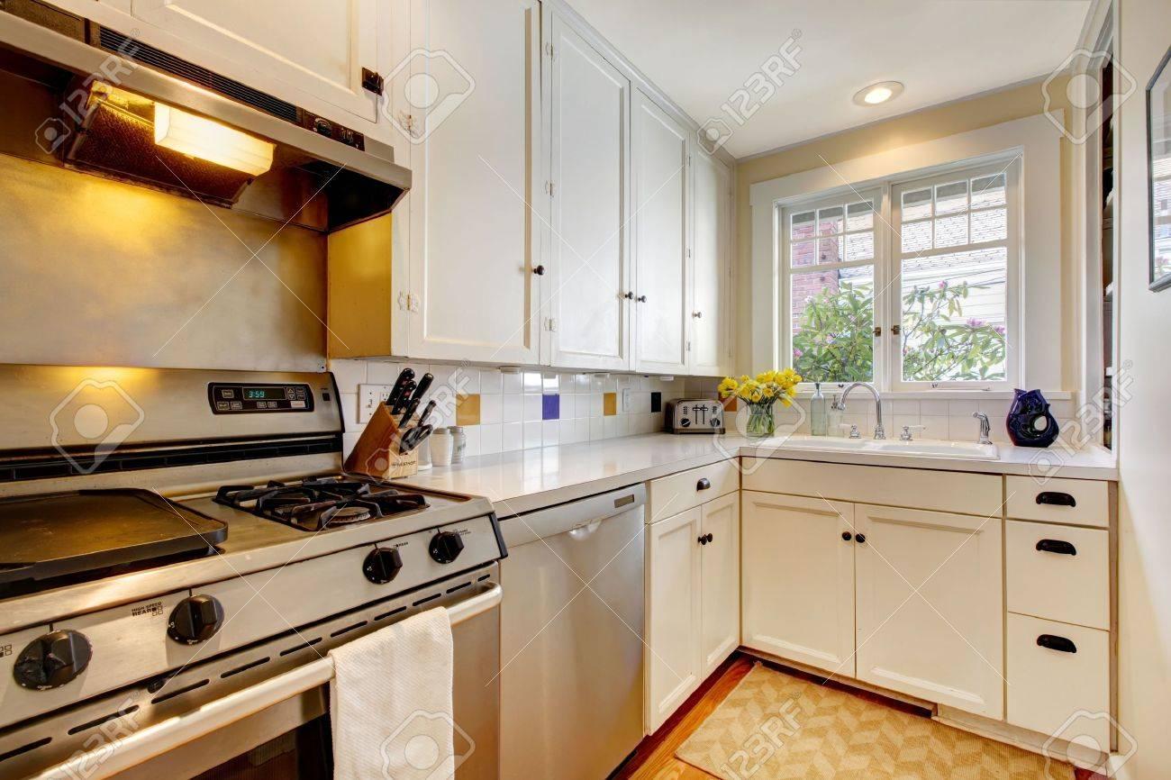 Weiß Alte Küche Mit Edelstahl Geräten. Standard Bild   13163603