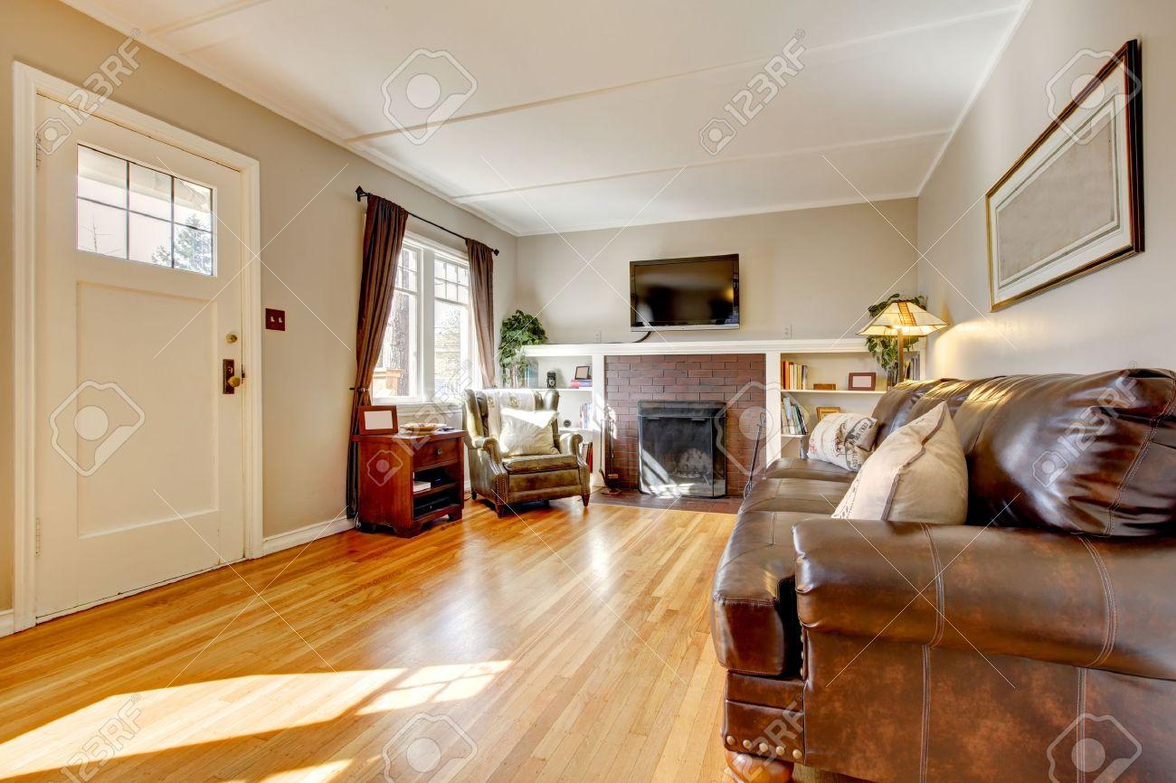 Wohnzimmer Mit Braunen Vorhang Und Parkett Und Ledersofa ... Wohnzimmer Ledersofa Braun