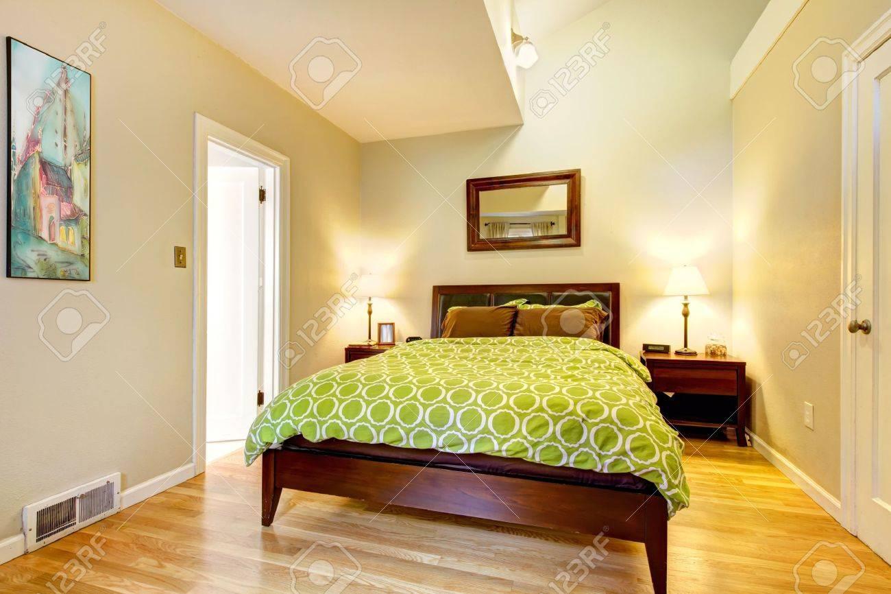 Moderne Hellgrüne Und Beige Braun Schlafzimmer Mit Bett. Standard Bild    13163599