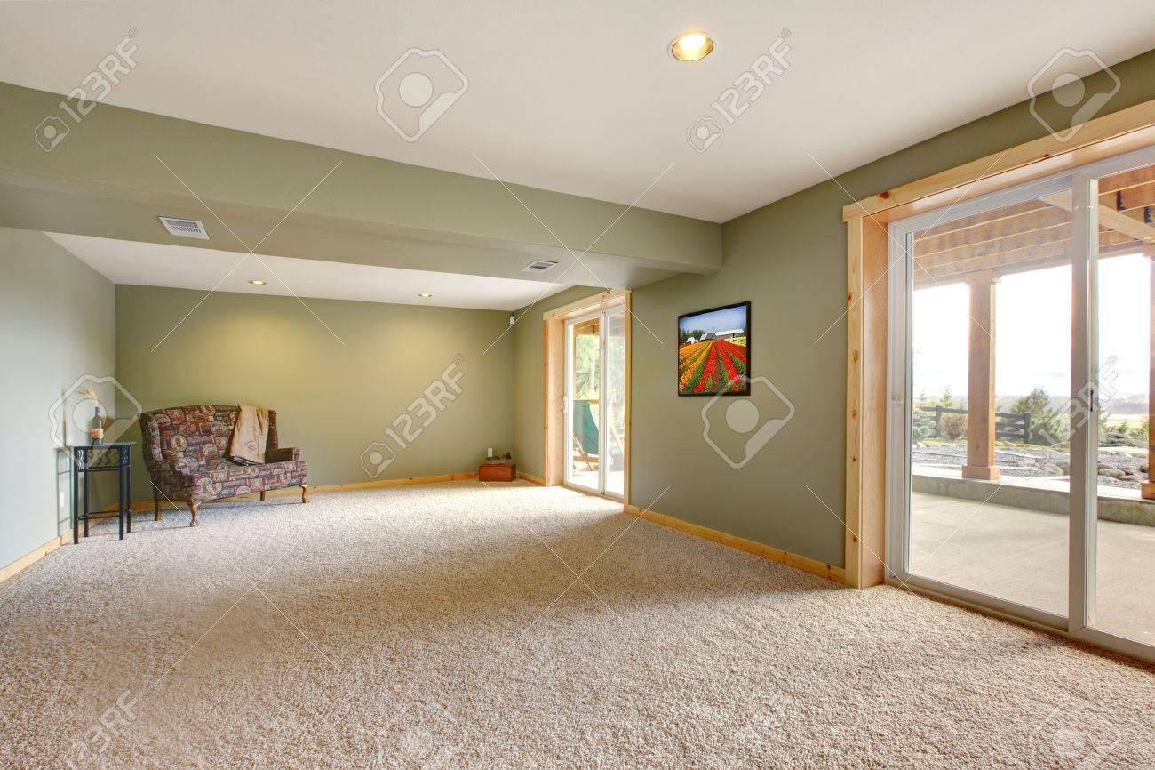 Ebenerdige Basmenet Neue Große Wohnzimmer Mit Grünen Wänden. Standard Bild    13369374
