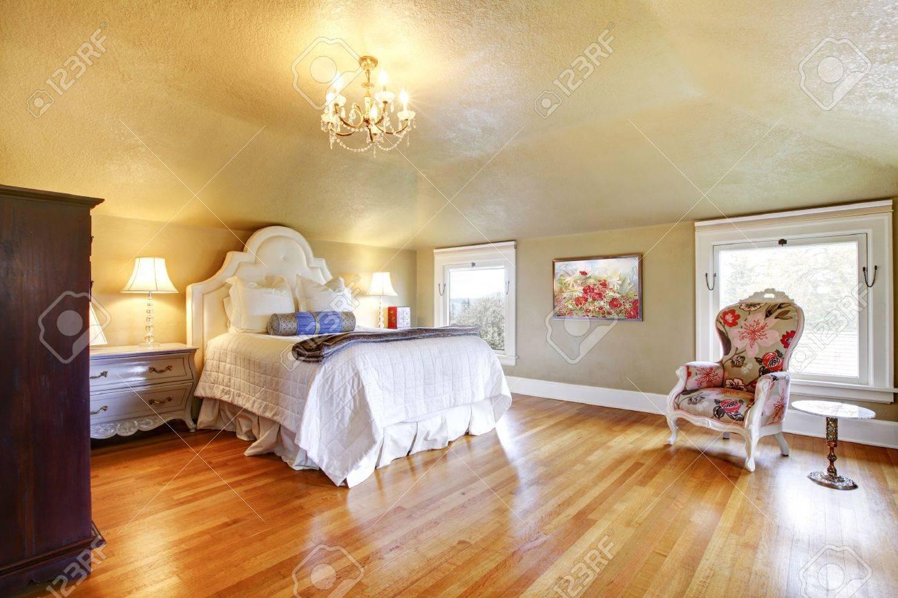 Gold Luxus Schlafzimmer Mit Weißer Bettwäsche Und Ahorn Parkett