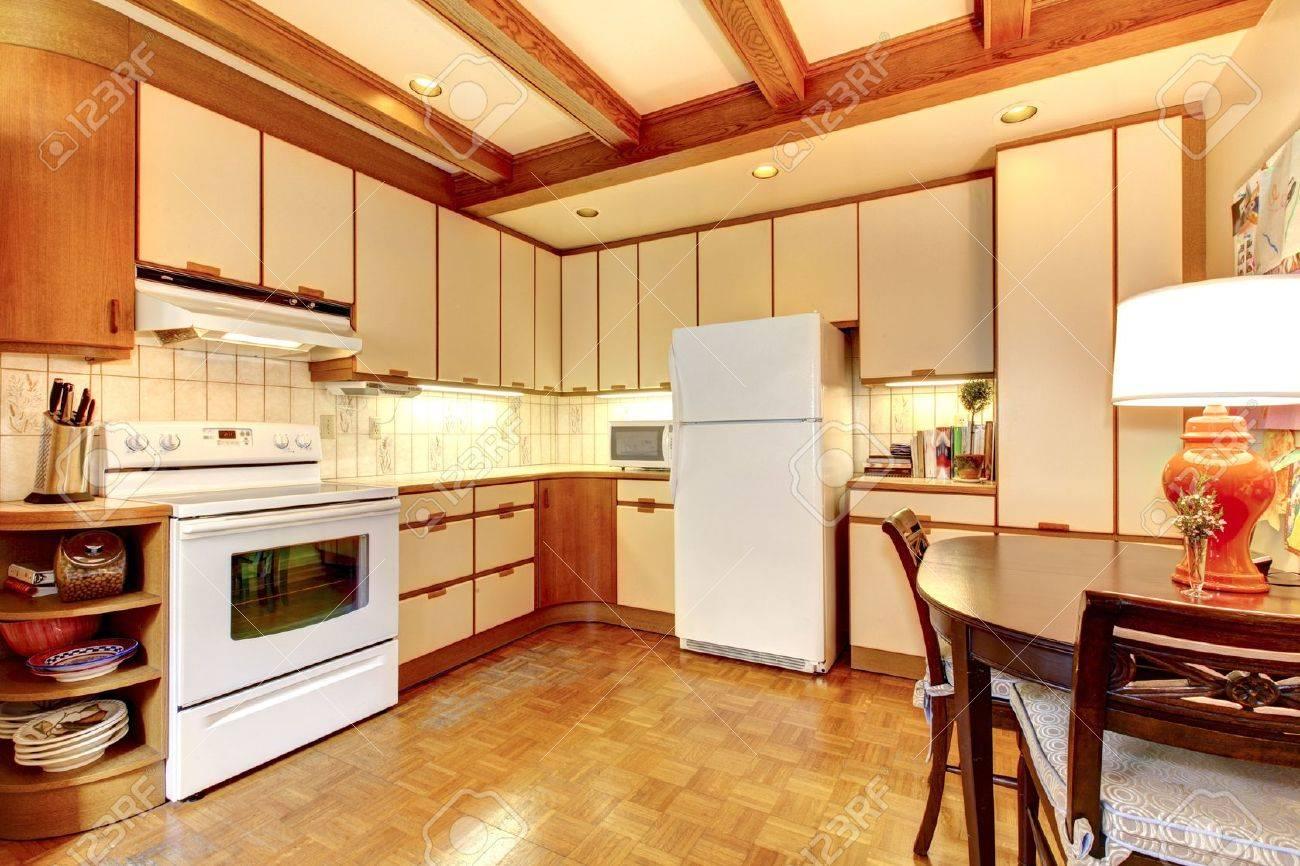 Alt Einfachen Weißen Und Holz Küche Interieur Mit Parkett. Standard Bild    13352883