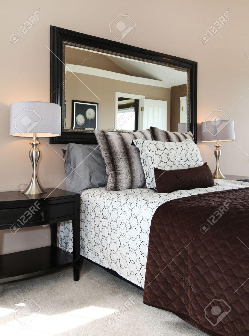Braune Und Weiße Schlafzimmer Hautnah Mit Spiegel Und Teppich ...