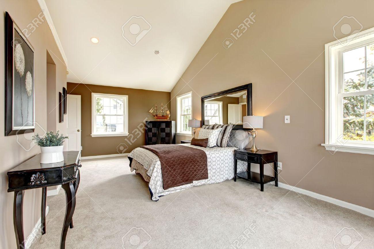 Grande chambre de luxe classique avec de la moquette marron et ...