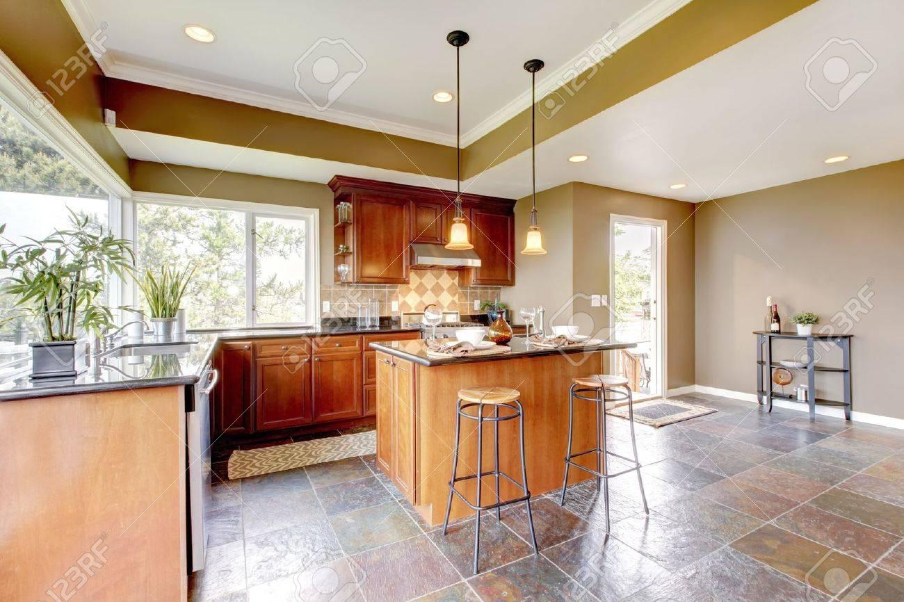 Luxe keuken interieur met groene muren en stenen vloer en lichte ...