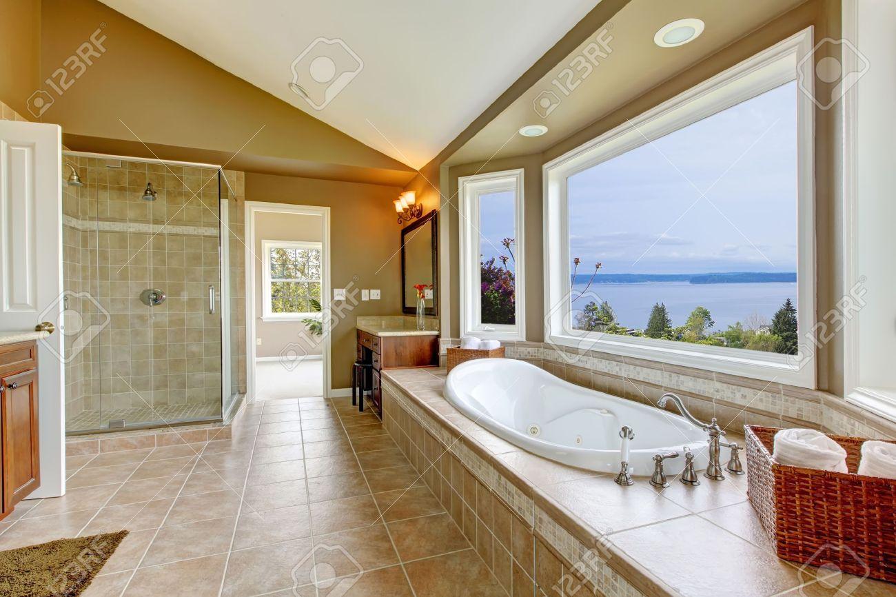 Großes Bad Mit Blick Aufs Wasser Tun Und Luxus Badezimmer Interieur In  Beige Gehalten.