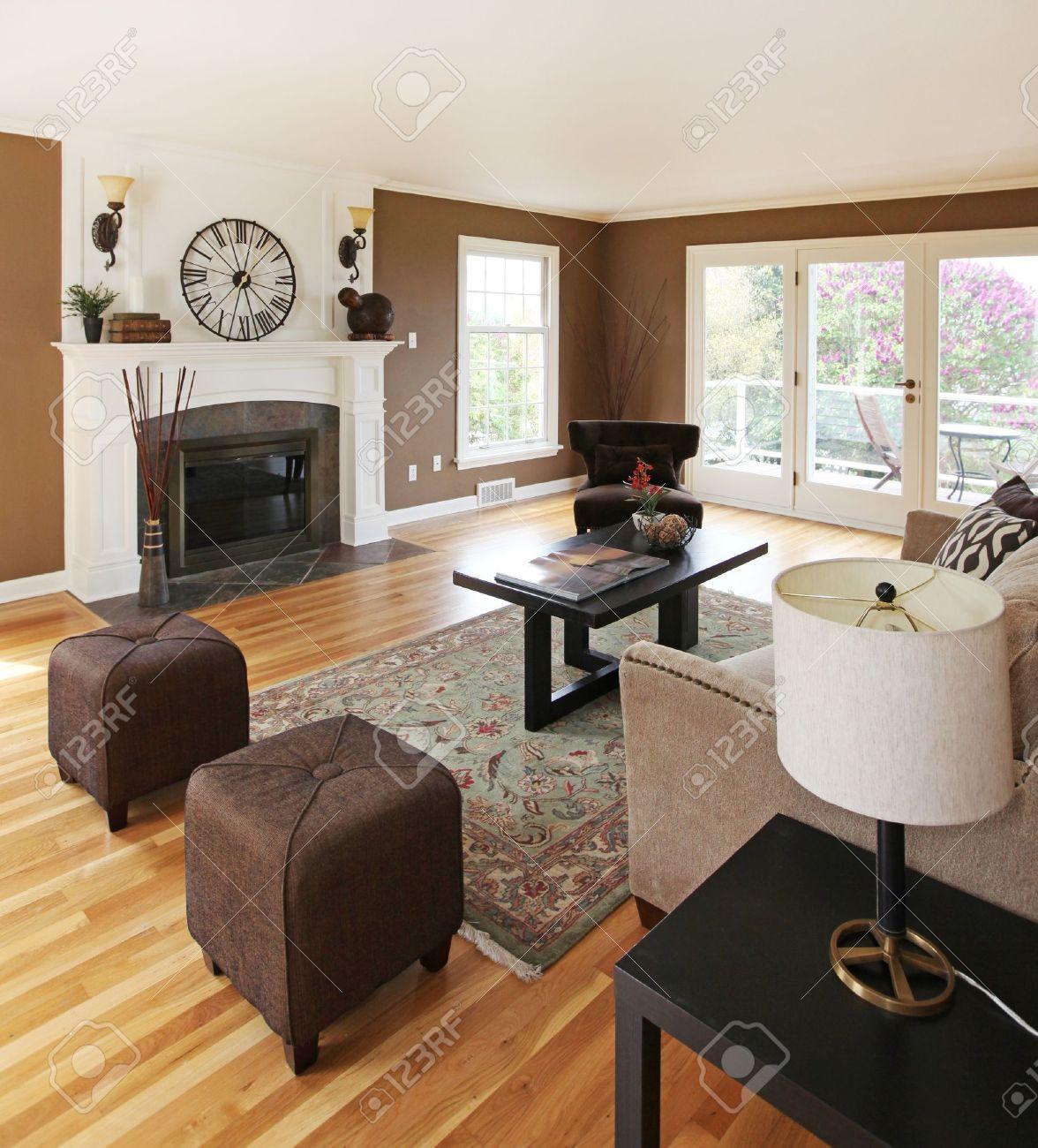 Wohnzimmer klassische einrichtung mit weiß und braun. lizenzfreie ...