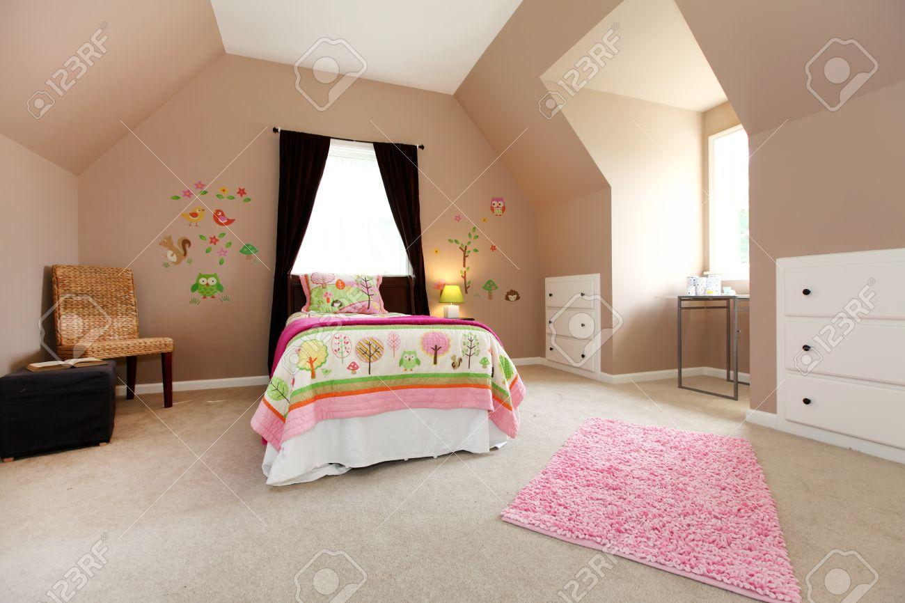 Grand coloris marron chambre de bébé fille avec haut plafond ...