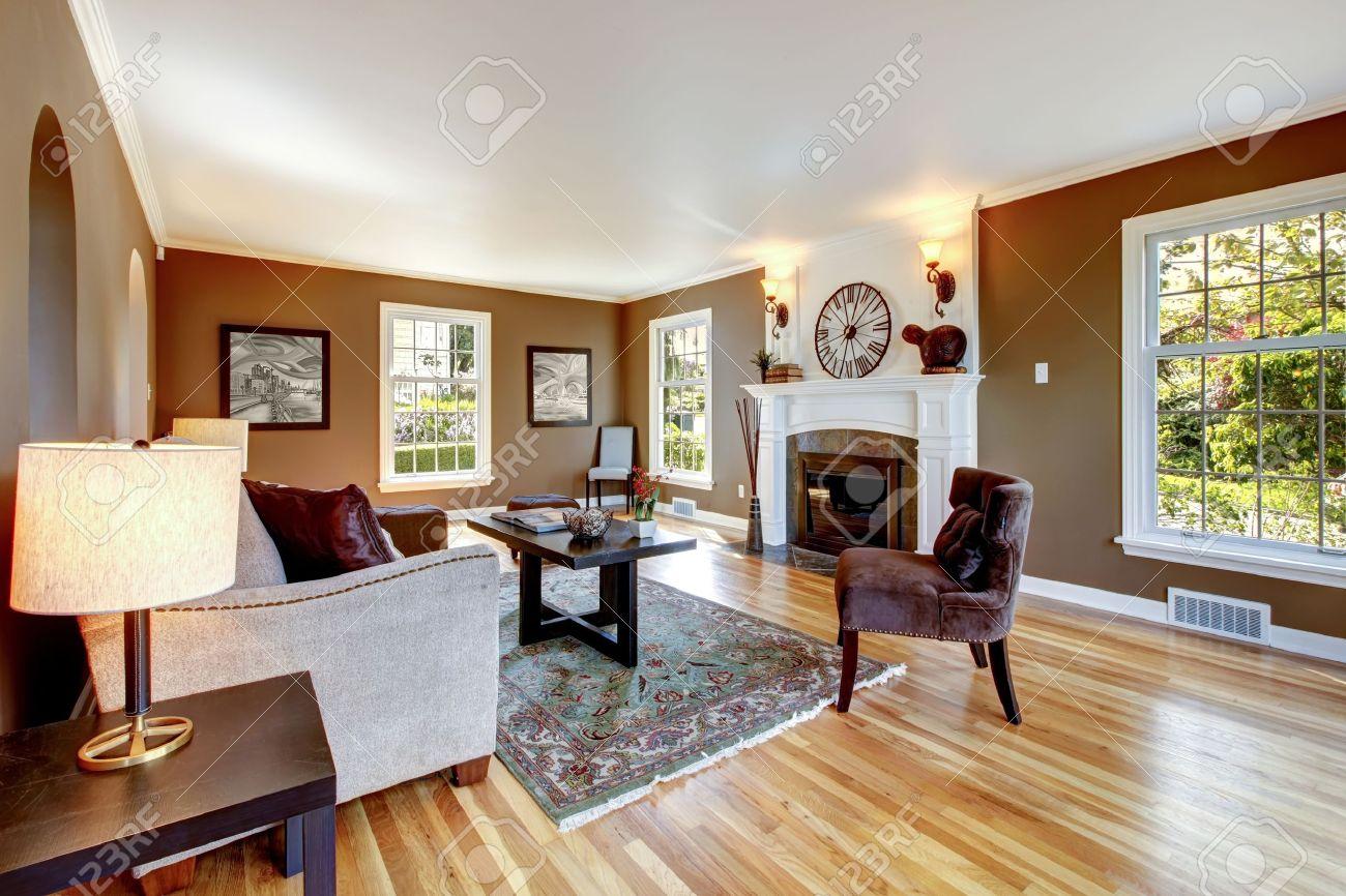 Klassiskt brun och vit vardagsrum inredning med trägolv. royalty ...