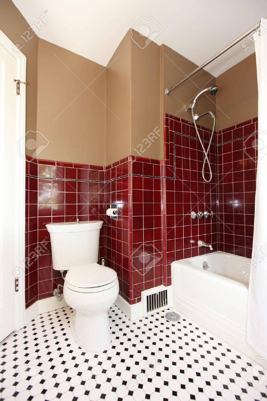 Klassische Antike Braun Und Rot Bad Mit Wc Und Weissen Roten Fliesen