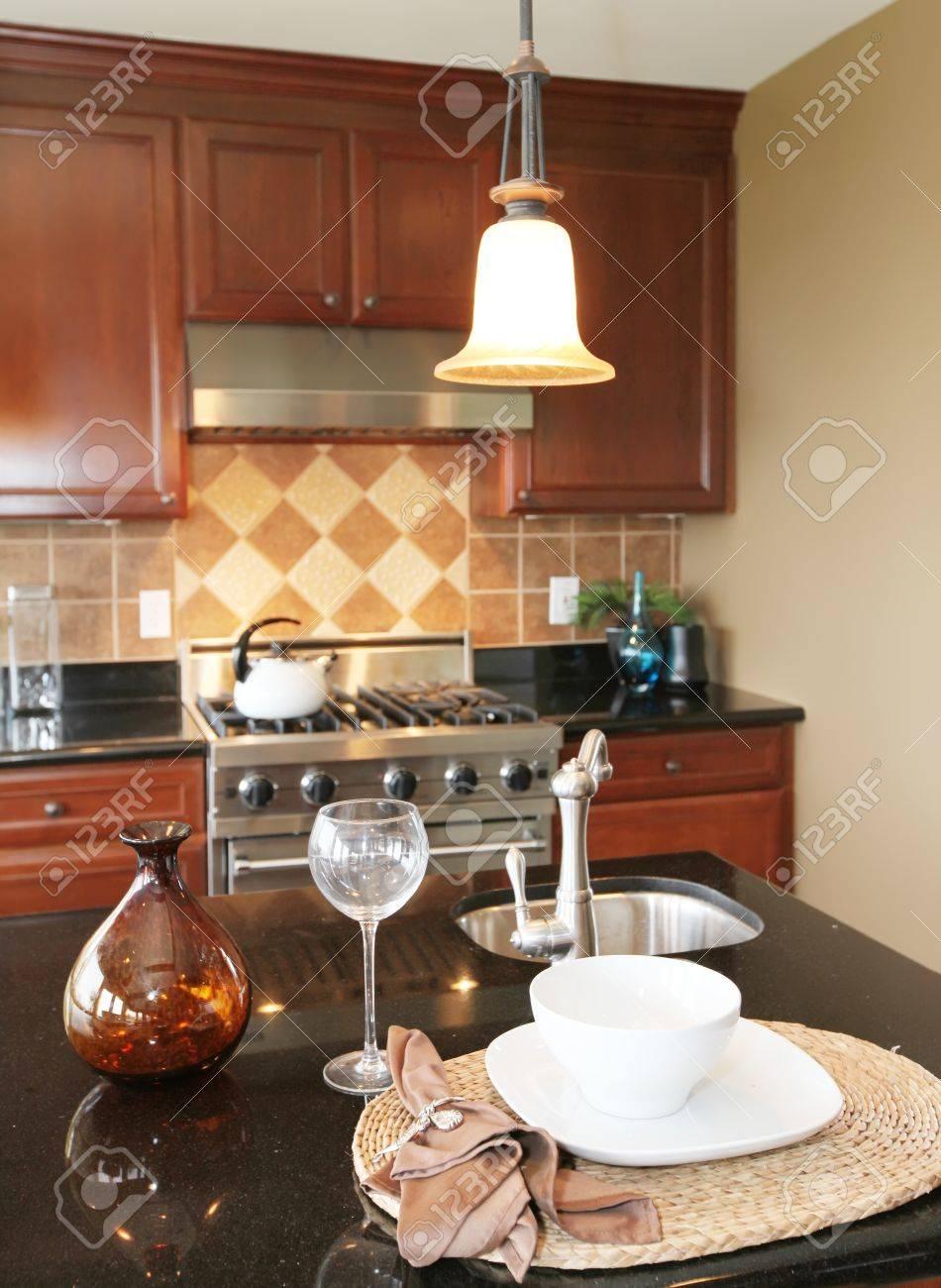 Küche Mit Granit-Arbeitsplatte Teller Und Glas Mit Herd Und Küche ...