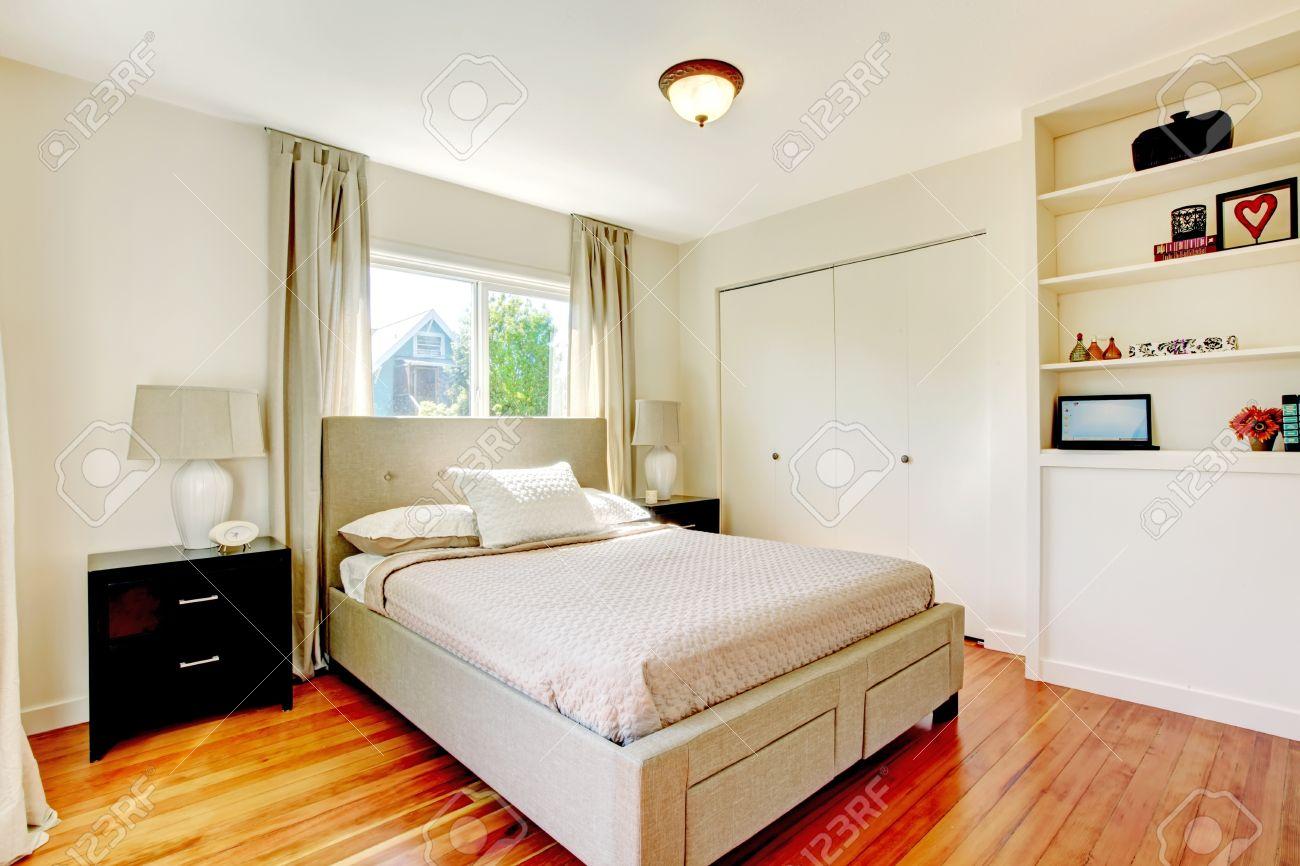Weiß Schlafzimmer Mit Parkett Kirsch Boden Und Schwarz Nachttisch ...