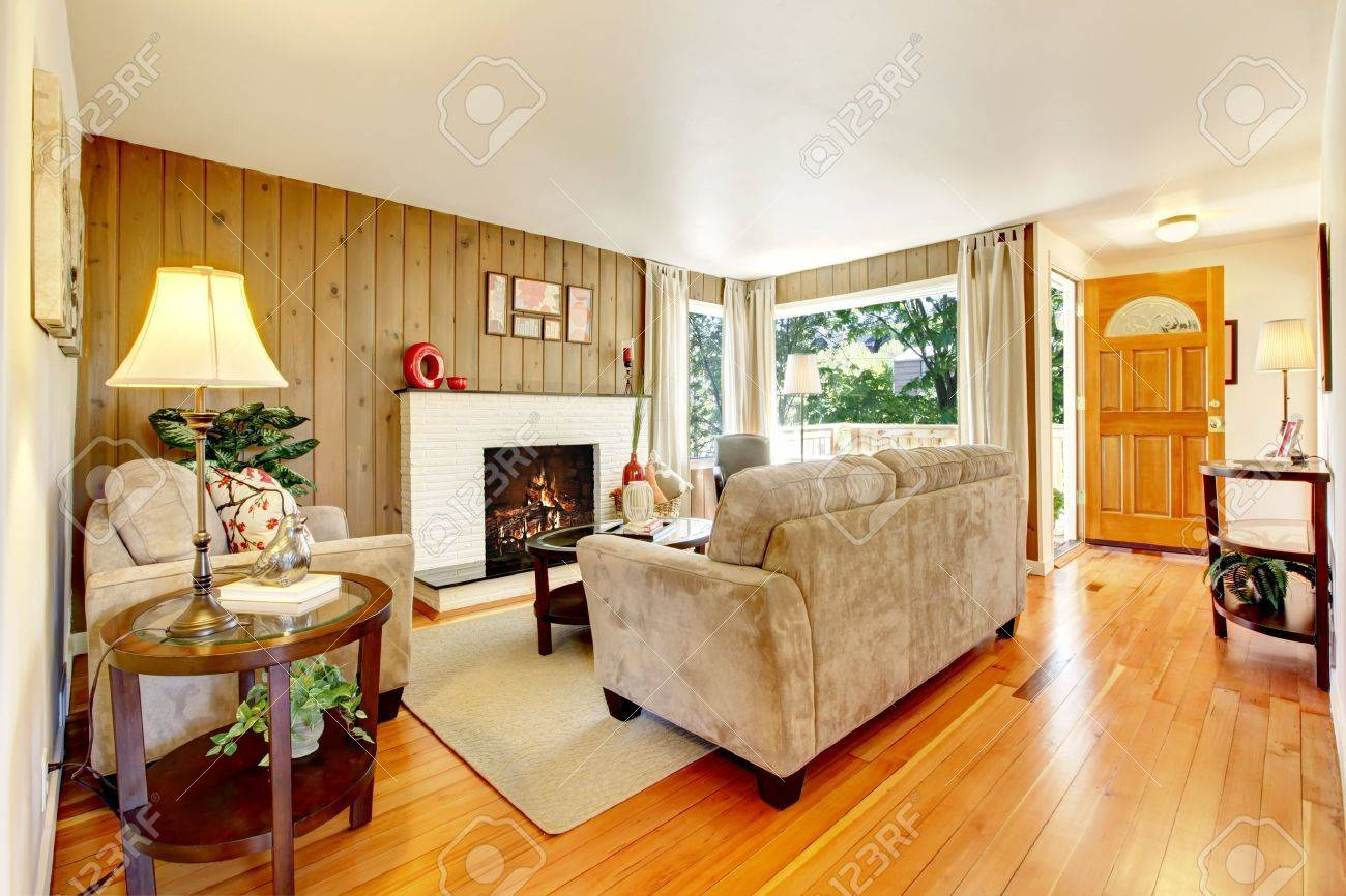 Beautiful cozy living room with hardwood floor and fireplace. Stock Photo - 14032730