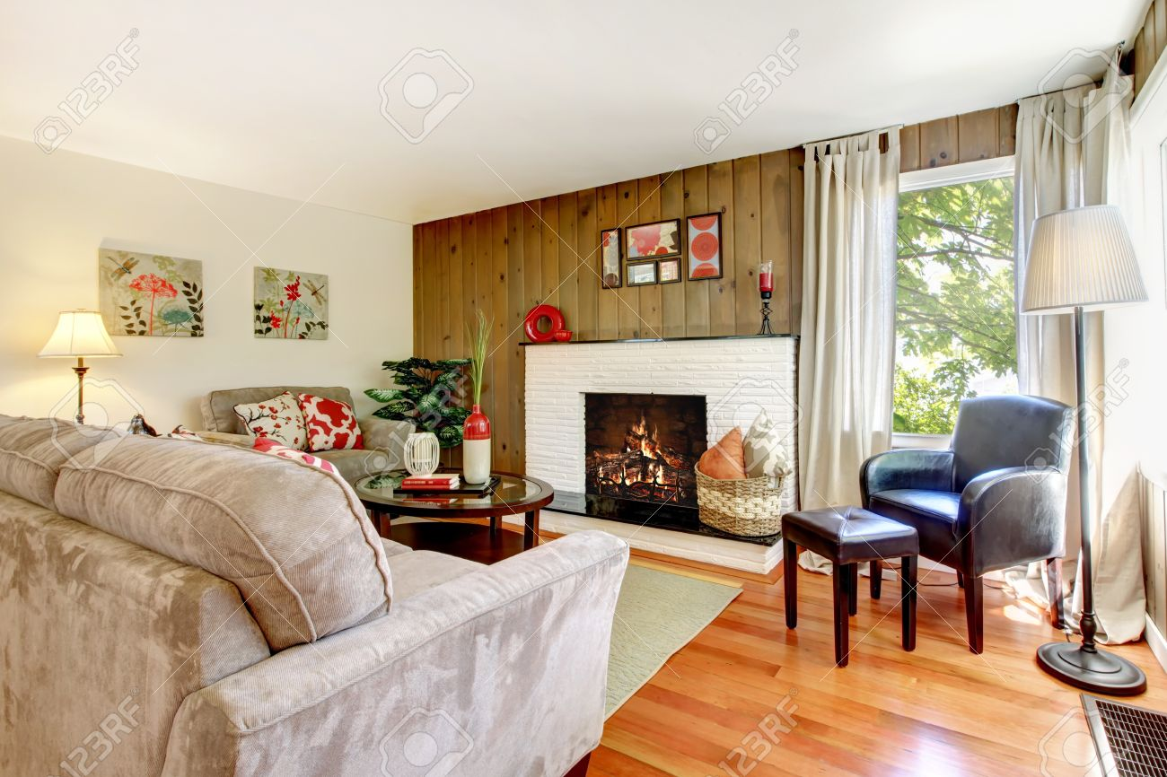 Knstlerische Schnes Wohnzimmer Mit Kamin Und Holz Wand Parkett Lizenzfreie Bilder
