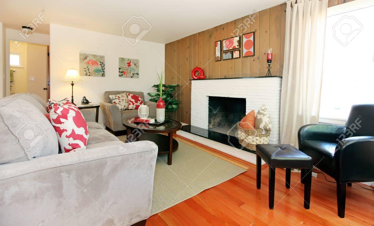 Schönes gemütliches wohnzimmer mit parkett und kamin. lizenzfreie ...