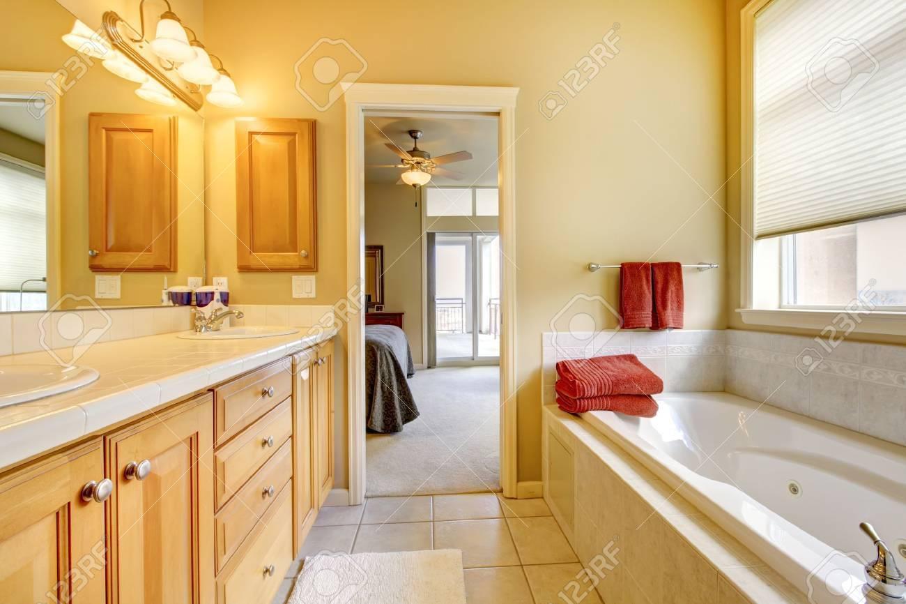 Badezimmer Mit Holz Schränke, Fliesen Und Wanne. Lizenzfreie Fotos ...