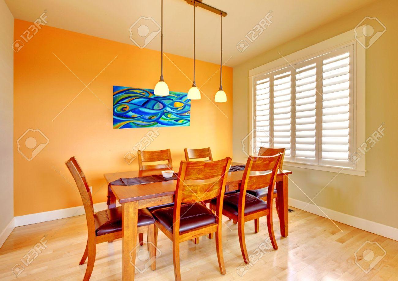 banque dimages salle manger orange avec table en bois et plancher de bois franc