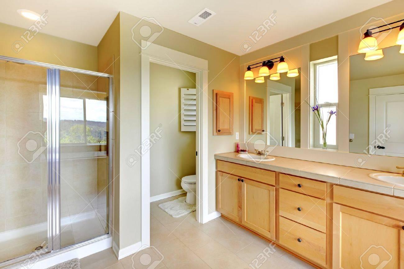 Gran Cuarto De Baño Clásico Hermosa Con Doble Lavabo Y Ducha. Fotos ...